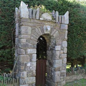 Granite & sandstone stone arch with hand chizzled keystones