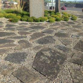 Random grey sandstone paving mixed with decorative chip